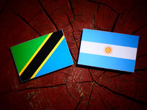 Τανζανική σημαία με την αργεντινή σημαία σε ένα κολόβωμα δέντρων Στοκ εικόνες με δικαίωμα ελεύθερης χρήσης