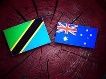 Τανζανική σημαία με την αυστραλιανή σημαία σε ένα κολόβωμα δέντρων που απομονώνεται Στοκ φωτογραφία με δικαίωμα ελεύθερης χρήσης