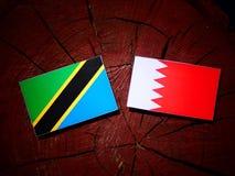 Τανζανική σημαία με την του Μπαχρέιν σημαία σε ένα κολόβωμα δέντρων Στοκ φωτογραφία με δικαίωμα ελεύθερης χρήσης