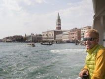 Ταξίδια ατόμων χαμόγελου ξανθά στη Βενετία Στοκ φωτογραφίες με δικαίωμα ελεύθερης χρήσης