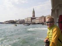 Ταξίδια ατόμων χαμόγελου ξανθά στη Βενετία Στοκ Εικόνες