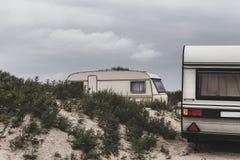 Ταξίδια αυτοκινήτων στρατοπέδευσης τροχόσπιτων στην παραλία Στηργμένος έννοια διακοπών τουρισμού Στοκ εικόνες με δικαίωμα ελεύθερης χρήσης