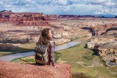 Ταξίδια γυναικών στην Αμερική στη γέφυρα παρατήρησης ποταμών του Κολοράντο στοκ φωτογραφίες