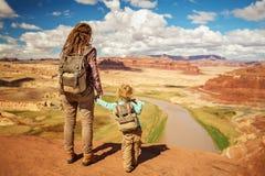 Ταξίδια μητέρων και γιων στην Αμερική στη γέφυρα παρατήρησης ποταμών του Κολοράντο στοκ εικόνες