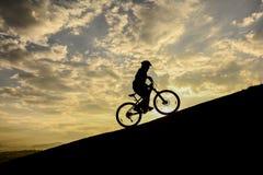 ταξίδια ποδηλάτων, επιτυχές άτομο και τρελλός Στοκ Εικόνες