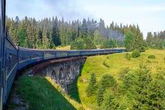 Ταξίδι, άποψη υπολοίπου από το παράθυρο τραίνων στο γύρισμα του τραίνου, φύση και δέντρα Οριζόντιο πλαίσιο Στοκ φωτογραφία με δικαίωμα ελεύθερης χρήσης