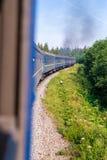 Ταξίδι, άποψη υπολοίπου από το παράθυρο τραίνων στο γύρισμα του τραίνου, φύση και δέντρα Κάθετο πλαίσιο Στοκ Εικόνες