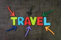 Ταξίδι, έννοια τουρισμού, ζωηρόχρωμα βέλη που δείχνει το ταξίδι λέξης στο κέντρο του μαύρου τοίχου πινάκων κιμωλίας, νέα τάση για στοκ φωτογραφίες