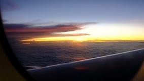 Ταξίδι αεροπορικώς με το δραματικό ουρανό και το ηλιοβασίλεμα φιλμ μικρού μήκους