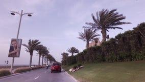 Ταξίδι αυτοκινήτων κατά μήκος της περιφερειακής οδού στο τεχνητό βίντεο μήκους σε πόδηα αποθεμάτων Jumeirah φοινικών αρχιπελαγών φιλμ μικρού μήκους
