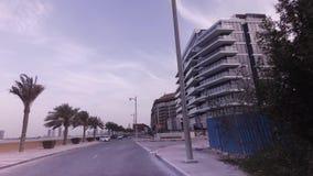 Ταξίδι αυτοκινήτων κατά μήκος της περιφερειακής οδού στο τεχνητό βίντεο μήκους σε πόδηα αποθεμάτων Jumeirah φοινικών αρχιπελαγών απόθεμα βίντεο