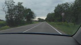 Ταξίδι αυτοκινήτων στις εθνικές οδούς μια θερινή ημέρα φορητός πυροβολισμός καμερών από το αμάξι απόθεμα βίντεο