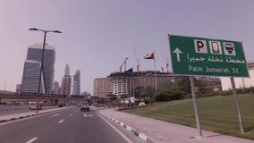 Ταξίδι αυτοκινήτων στον τρόπο στο τεχνητό βίντεο μήκους σε πόδηα αποθεμάτων Jumeirah φοινικών αρχιπελαγών απόθεμα βίντεο