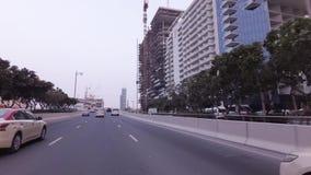 Ταξίδι αυτοκινήτων στους δρόμους στο τεχνητό βίντεο μήκους σε πόδηα αποθεμάτων Jumeirah φοινικών αρχιπελαγών απόθεμα βίντεο