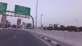 Ταξίδι αυτοκινήτων στο δρόμο από το τεχνητό βίντεο μήκους σε πόδηα αποθεμάτων Jumeirah φοινικών αρχιπελαγών απόθεμα βίντεο