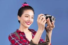 Ταξίδι γυναικών Νέος όμορφος ασιατικός ταξιδιώτης γυναικών που παίρνει pictur Στοκ Φωτογραφία
