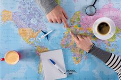 Ταξίδι διακοπών προγραμματισμού ζεύγους με το χάρτη Τοπ όψη Στοκ Εικόνα