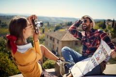 Ταξίδι διασκέδασης - ζεύγος που απολαμβάνει στο χρόνο διακοπών και που παίρνει την εικόνα στοκ εικόνα
