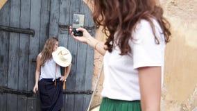 Ταξίδι δύο νέο όμορφο κοριτσιών μαζί και παίρνοντας τις φωτογραφίες ο ένας τον άλλον απόθεμα βίντεο