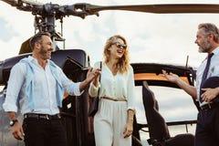 Ταξίδι ζεύγους με το ιδιωτικό ελικόπτερο Στοκ Φωτογραφίες