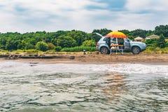 Ταξίδι θερινών αυτοκινήτων στη θάλασσα, πικ-νίκ στην ακτή Στοκ φωτογραφία με δικαίωμα ελεύθερης χρήσης