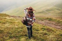 ταξίδι και wanderlust έννοια μοντέρνο καπέλο εκμετάλλευσης ταξιδιωτικών κοριτσιών Στοκ εικόνα με δικαίωμα ελεύθερης χρήσης