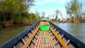 Ταξίδι κατά μήκος του καναλιού Thein πανδοχείων στη λίμνη Inle, το Μιανμάρ απόθεμα βίντεο