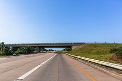 Ταξίδι κεκλιμένων ραμπών εισόδων γεφυρών οχημάτων εθνικών οδών Στοκ φωτογραφίες με δικαίωμα ελεύθερης χρήσης