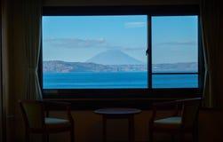 Ταξίδι με σκοπό τις διακοπές με την άποψη όχθεων της λίμνης στο ξενοδοχείο στη λίμνη Toya στο Hokkaido στοκ εικόνες