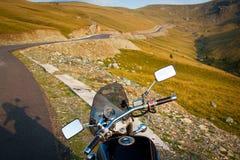 Ταξίδι με τη μοτοσικλέτα σε υπεράλπειο στη θερινή ηλιόλουστη ημέρα Στοκ Εικόνες