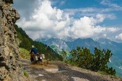 Ταξίδι με τη μοτοσικλέτα στο στενό δρόμο στα βουνά στοκ φωτογραφία με δικαίωμα ελεύθερης χρήσης