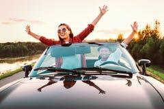 Ταξίδι με το αυτοκίνητο - το ευτυχές ζεύγος ερωτευμένο πηγαίνει με το αυτοκίνητο καμπριολέ στο s Στοκ εικόνες με δικαίωμα ελεύθερης χρήσης