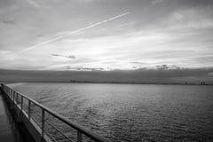 Ταξίδι νερού, ταξίδι, ταξίδι Κατάστρωμα ειδυλλιακό seascape στον ουρανό βραδιού Πίνακας σκαφών στο Μαϊάμι, ΗΠΑ στην μπλε θάλασσα στοκ φωτογραφία με δικαίωμα ελεύθερης χρήσης