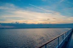 Ταξίδι νερού, ταξίδι, ταξίδι Κατάστρωμα ειδυλλιακό seascape στον ουρανό βραδιού Πίνακας σκαφών στο Μαϊάμι, ΗΠΑ στην μπλε θάλασσα στοκ εικόνες με δικαίωμα ελεύθερης χρήσης