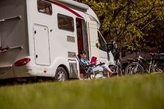 Ταξίδι οικογενειακών διακοπών, ταξίδι διακοπών στο motorhome Στοκ εικόνα με δικαίωμα ελεύθερης χρήσης