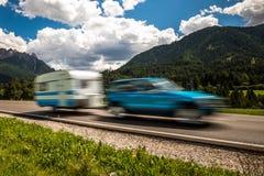 Ταξίδι οικογενειακών διακοπών, ταξίδι διακοπών στο motorhome rv, ασβέστιο τροχόσπιτων Στοκ Φωτογραφία