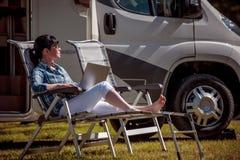 Ταξίδι οικογενειακών διακοπών, ταξίδι διακοπών στο motorhome rv Στοκ Εικόνες