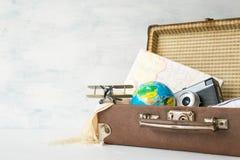 Ταξίδι, περιπέτεια, έννοια διακοπών Καφετιά αναδρομική βαλίτσα με το τ στοκ φωτογραφίες