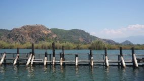 Ταξίδι ποταμών κατά μήκος της πράσινης ακτής στο βίντεο της Τουρκίας απόθεμα βίντεο