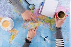 Ταξίδι προγραμματισμού ζεύγους στη Σαουδική Αραβία, σημείο στο χάρτη στοκ εικόνες