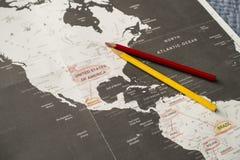 Ταξίδι προγραμματισμού με ένα χρωματισμένο μολύβι σε έναν μαύρο/άσπρο χάρτη της Αμερικής στοκ εικόνες