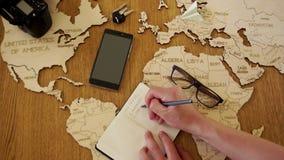 Ταξίδι στην Ευρώπη, η οργάνωση του γύρου στη Γερμανία και την Ισπανία Ταξιδιωτικό γραφείο Ένας ξύλινος χάρτης του παγκόσμιου χάρτ απόθεμα βίντεο
