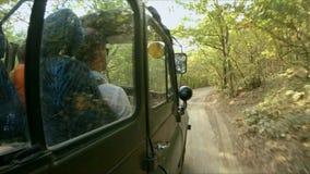 Ταξίδι στο δάσος σε έναν βρώμικο δρόμο σε ένα στρατιωτικό SUV απόθεμα βίντεο