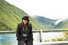Ταξίδι ταξιδιωτικών το ασιατικό ταϊλανδικό γυναικών και η τοποθέτηση για παίρνουν τη φωτογραφία στο βουνό Apls και τη λίμνη Fedai Στοκ Εικόνες