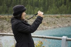 Ταξίδι ταξιδιωτικών το ασιατικό ταϊλανδικό γυναικών και η τοποθέτηση για παίρνουν τη φωτογραφία στο βουνό Apls και τη λίμνη Fedai Στοκ εικόνα με δικαίωμα ελεύθερης χρήσης
