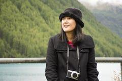 Ταξίδι ταξιδιωτικών το ασιατικό ταϊλανδικό γυναικών και η τοποθέτηση για παίρνουν τη φωτογραφία στο βουνό Apls και τη λίμνη Fedai Στοκ φωτογραφία με δικαίωμα ελεύθερης χρήσης