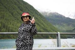 Ταξίδι ταξιδιωτικών το ασιατικό ταϊλανδικό ηλικιωμένων γυναικών και η τοποθέτηση για παίρνουν τη φωτογραφία στο βουνό Apls και τη Στοκ φωτογραφία με δικαίωμα ελεύθερης χρήσης