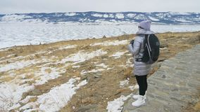 Ταξίδι της γυναίκας στον πάγο της λίμνης Baikal Στενό μοναδικό βουδιστικό μυστικό ιστορικό τελετουργικό συμβόλων μνημείων stupa b απόθεμα βίντεο