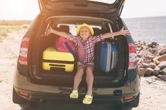 Ταξίδι, τουρισμός - κορίτσι με τις τσάντες έτοιμες για το ταξίδι για τις θερινές διακοπές Παιδί που πηγαίνει στην περιπέτεια Έννο Στοκ εικόνες με δικαίωμα ελεύθερης χρήσης