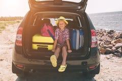 Ταξίδι, τουρισμός - κορίτσι με τις τσάντες έτοιμες για το ταξίδι για τις θερινές διακοπές Παιδί που πηγαίνει στην περιπέτεια Έννο Στοκ φωτογραφία με δικαίωμα ελεύθερης χρήσης